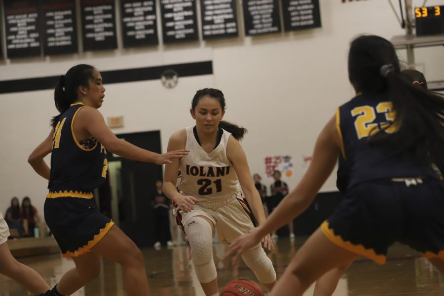 Raiders+Myla+Pellegrini+%2721+attacks+the+basket%2C+finessing+through+the+Punahou+defense.