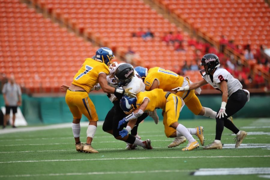 Hilo tackles an 'Iolani runner